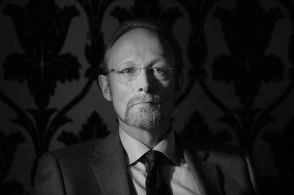 Lars Mikkelsen como Charles Augustus Magnussen