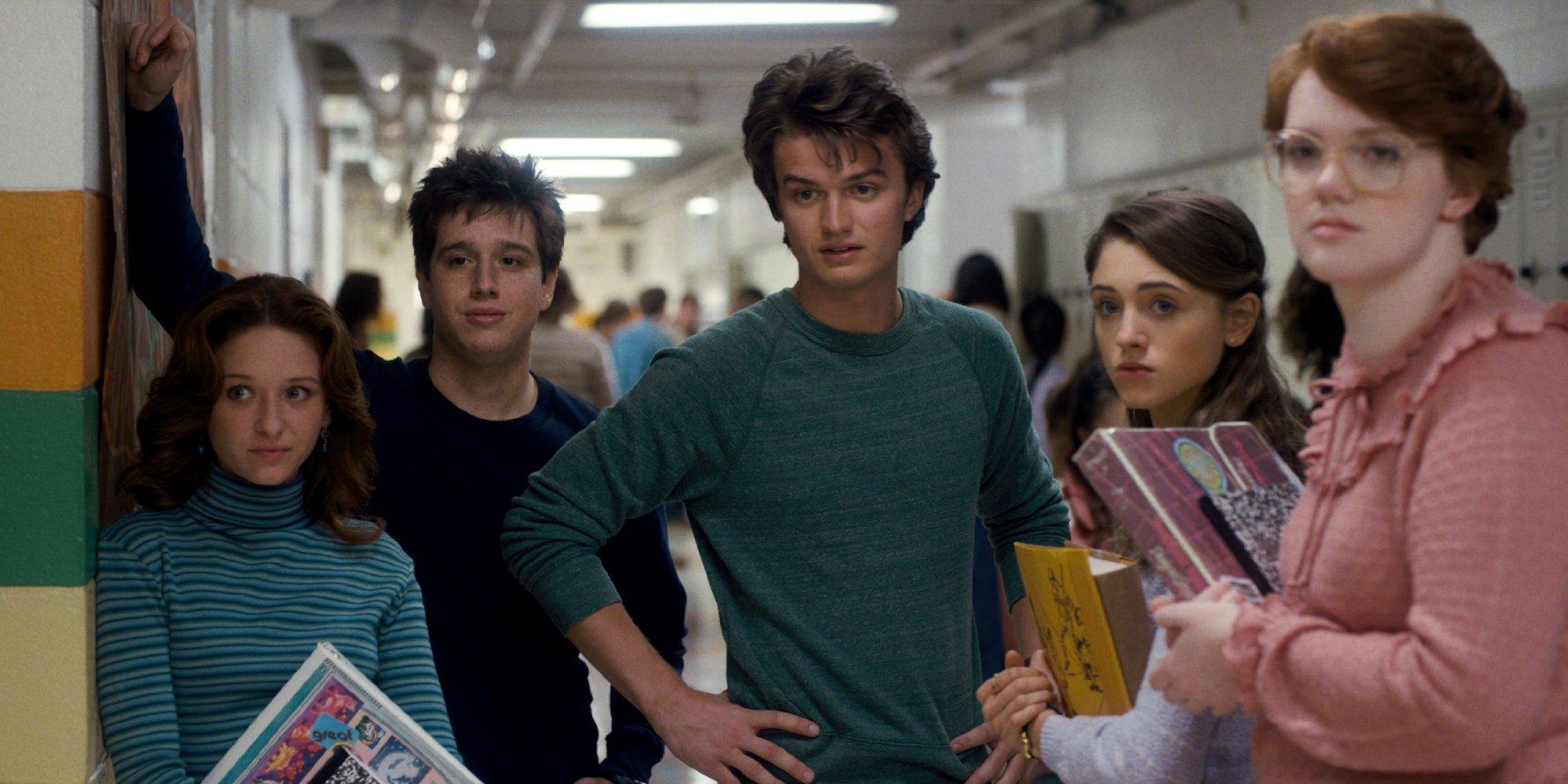 Bárbara Holland, a la derecha, desenfocada. Foto: Netflix.
